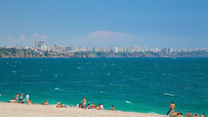 В Анталье иностранные туристы открыли пляжный сезон